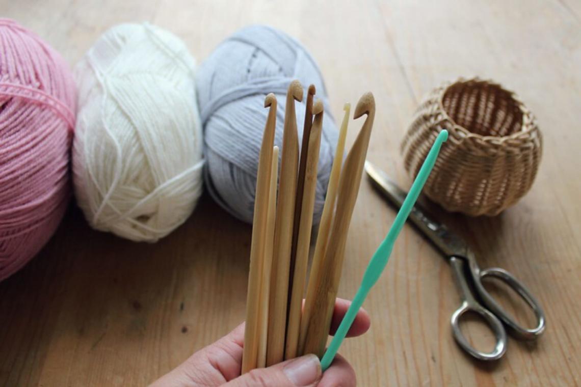 agulhas e fios no crochet